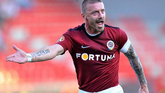 Sparťanský kapitán Tomáš Řepka gestikuluje v zápase s Plzní.