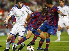 Carles Puyol a Daniel Alves z Barcelony bojují o míč s Artemem Milevskim z Dynama Kyjev.