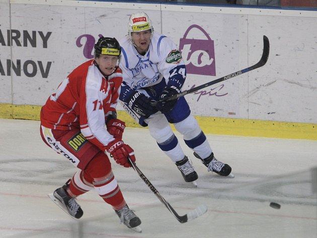 Hokejisté Brna (v bílém) proti Olomouci.