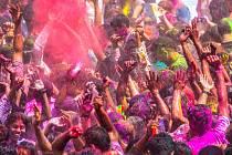 """Svátek barev provázejí """"bitvy"""" účastníků, kdy na sebe hízejí nejedovaté barevné prášky."""