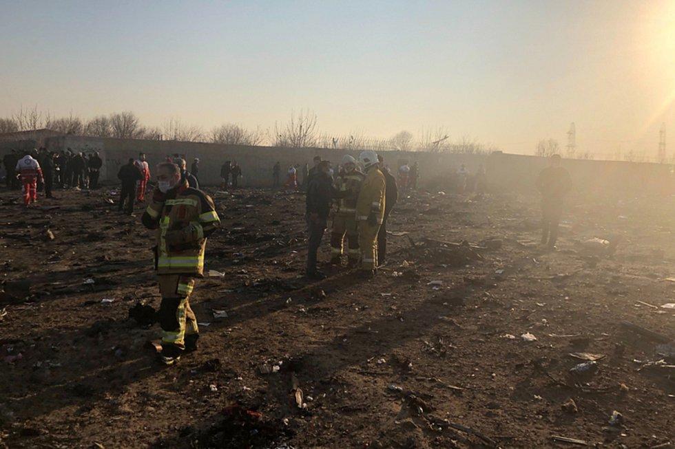 Záchranáři u trosek ukrajinského letounu, který se zřítil krátce po startu z teheránského letiště.