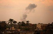 Izraelské stíhačky zaútočily v Pásmu Gazy. Kouř nad místem, kde útočily.