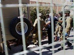 Podle izraelské armády Palestinec vytáhl nůž na jednoho izraelského vojáka nedaleko Hebronu a pokusil se ho napadnout. Zranit ho nestačil, protože ho další příslušníci bezpečnostních sil zastřelili.