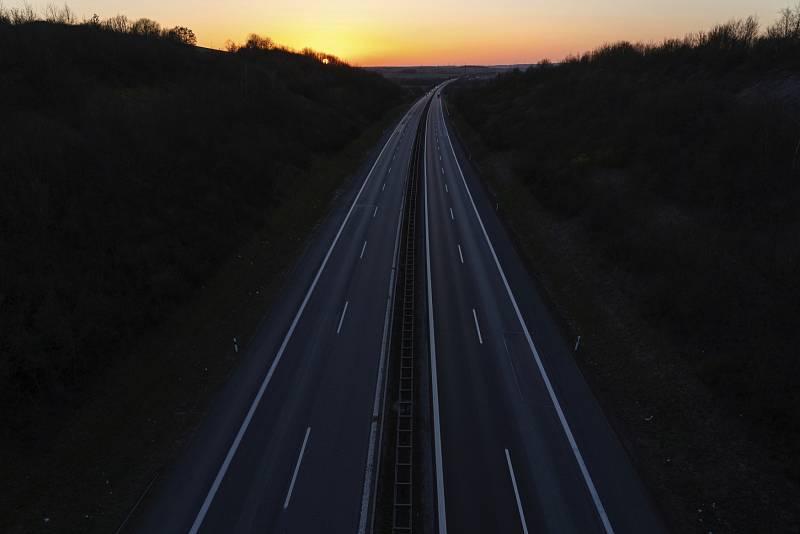 Prakticky prázdné jsou v době koronavirové pandemie také dálnice v sousedním Německu. Na snímku dálnice A70 v obci Sand am Main v Bavorsku.