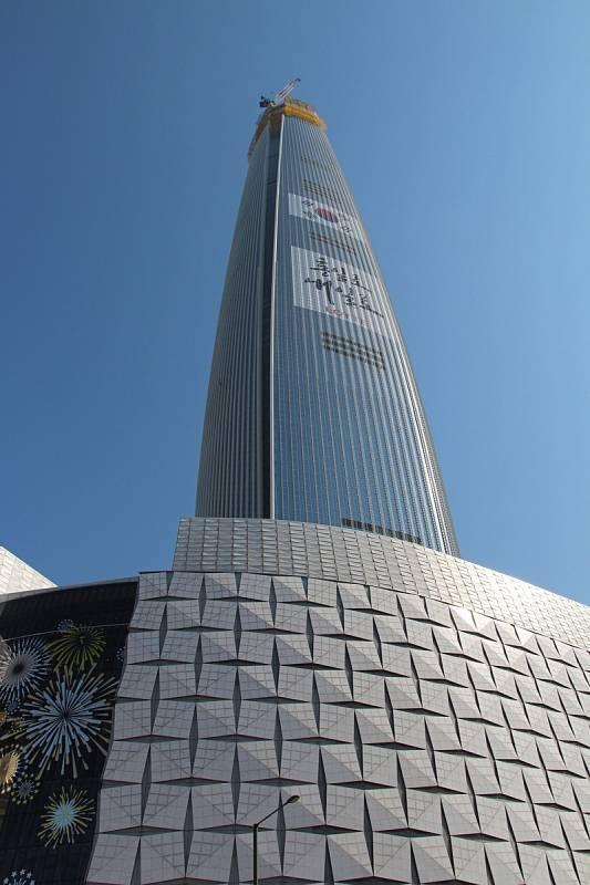 Budova Lotte World Tower se může pochlubit nejvýše položenou obsarvatoří se skleněnou podlahou i nejrychlejším vícepatrovým výtahem na světě.