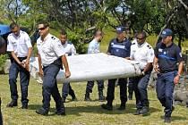Jediným dílem nalezeným před Mosambickým objevem, který podle všeho rovněř patřil k záhadně zmizelému letounu, byla vztlaková klapka objevená loni v červenci na břehu vzdáleného ostrova Réunion.