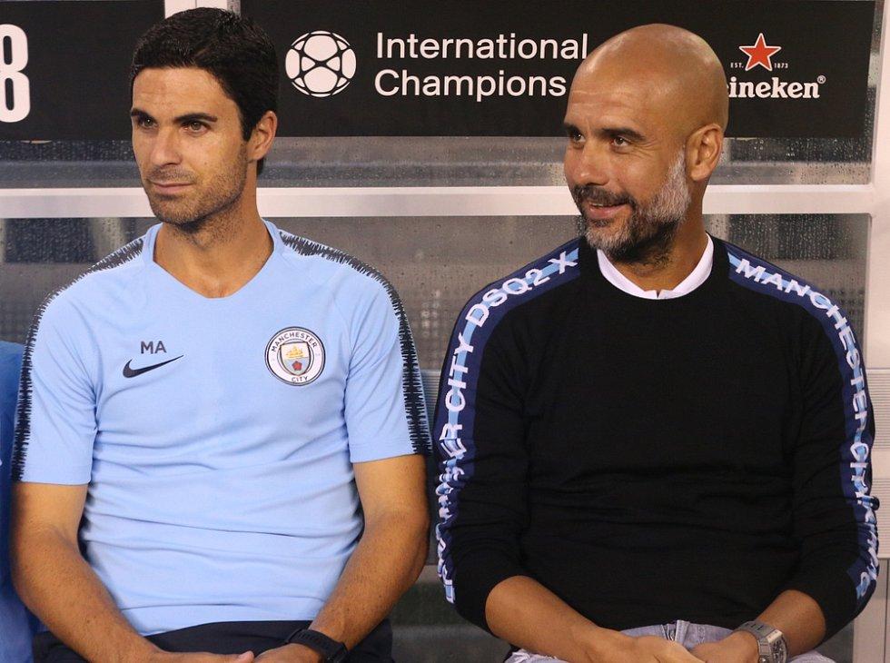 Mikel Arteta po boku Pepa Guardioly na lavičce Manchesteru City