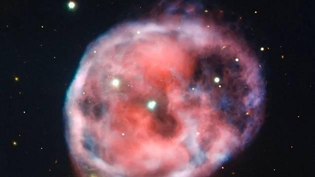 Tajemná mlhovina se nachází v souhvězdí Cetus, známém také jako souhvězdí Velryby, asi 1600 světelných let od Země