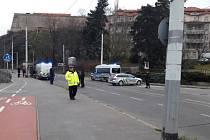Policie uzavřela 25. listopadu v pražském Podolí nábřeží pro auta i MHD. Rybáři vylovili z Vltavy nebezpečný předmět, zřejmě jde o granát z první světové války