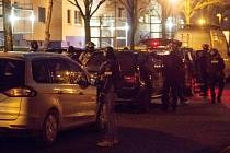Německá policie zasahuje v Berlíně proti čečenským islamistům.