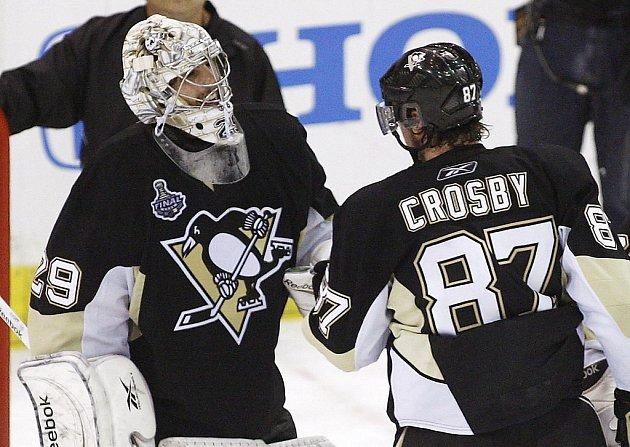 Sidney Crosby (vpravo) slaví s gólmane Markem-Andre Fleurym vítěztsví Pittsburghu nad Detroitem.