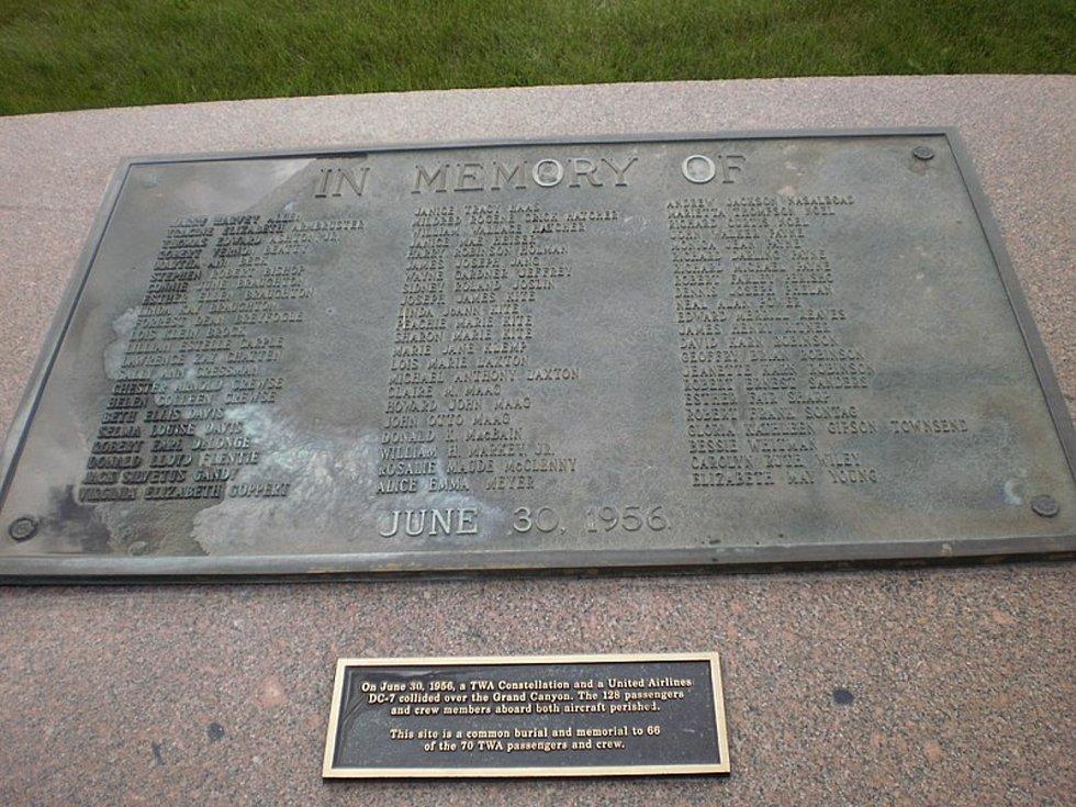 Pamětní deska u hromadného hrobu, do kterého byly pohřbeny ostatky pasažérů z letu společnosti TWA. Ani jedno z těl se nenašlo celé.