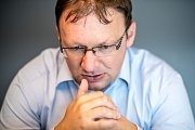 Historik Milan Bárta při fotografování pro Deník 5. srpna v Praze.