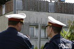 Dům hrůzy v dolnorakouském Amstettenu je neustále v obležení policistů.