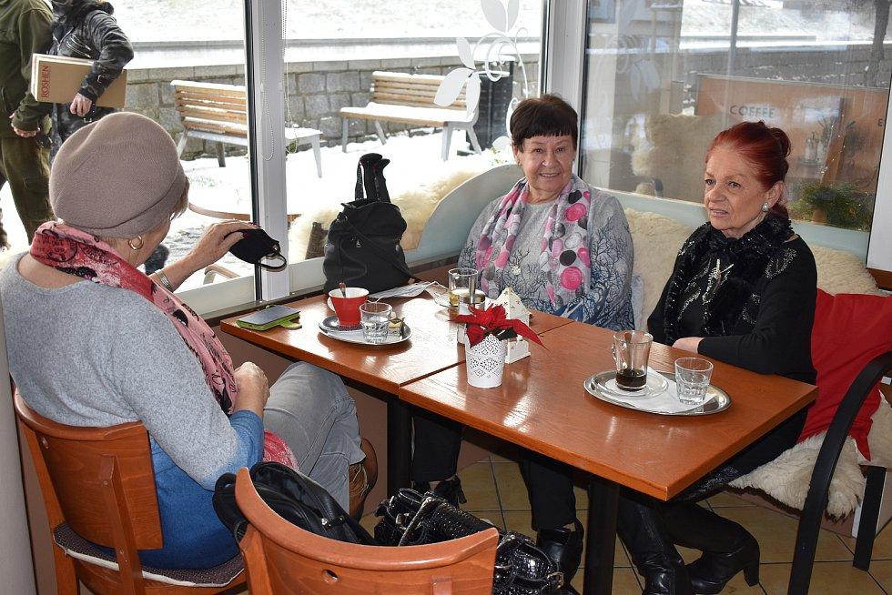 Už den před otevřením hlásily restaurace plno, lidé neponechali nic náhodě a rezervovali si stoly.