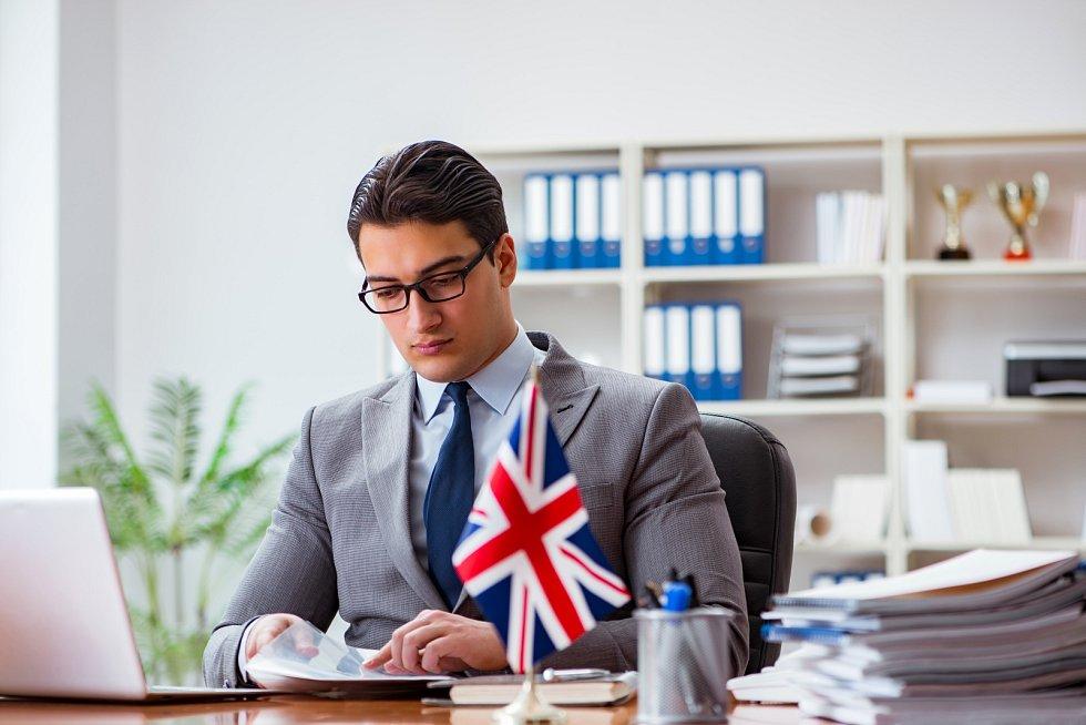 Ruku v ruce se změnou volného cestování a pobytu končí i volný pohyb služeb. Britové, kteří budou chtít poskytovat své služby na kontinentu, budou muset v daném místě založit svou pobočku nebo se přestěhovat úplně.