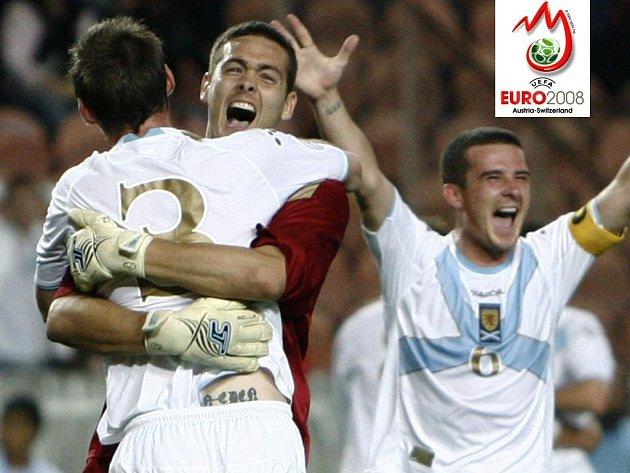 Obrovská radost zavládla po nečekaném vítězství nad Francií mezi hráči Skotska. Na snímku brankář Gordon v objetí s Alexanderem, vpravo Ferguson.
