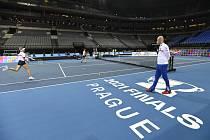 Trenér Petr Pála sleduje tenistky Markétu Vondroušovou a Barboru Krejčíkovou na tréninku před finále Poháru Billie Jean Kingové.