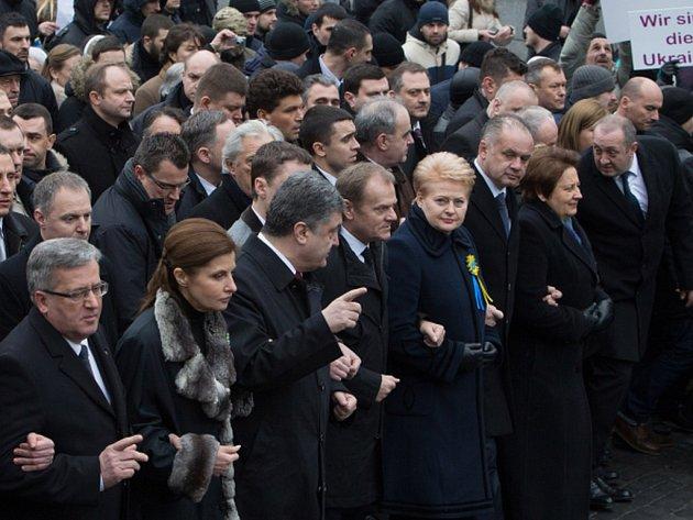 Pochodem důstojnosti dnes odpoledne v Kyjevě vyvrcholily několikadenní připomínkové akce k prvnímu výročí pádu proruského režimu prezidenta Viktora Janukovyče a s tím souvisejícího masakru na náměstí Nezávislosti (Majdanu) během protivládních protestů.