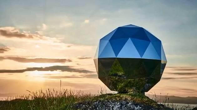 Vesmírný satelit připomínající disko kouli.