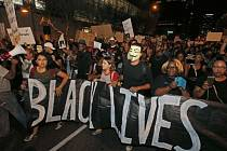 Do ulic několika amerických měst v pátek opět vyšly tisíce lidí, kteří demonstrovali kvůli smrti dvou černochů zastřelených tento týden při policejních kontrolách.