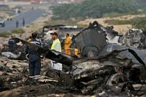 Záchranáři prohledávají trosky letadla. Ilustrační foto