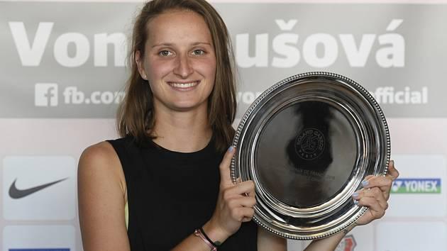Tenistka Markéta Vondroušová pózuje po návratu z Paříže, kde ve finále French Open nestačila na Australanku Ashleigh Bartyovou.