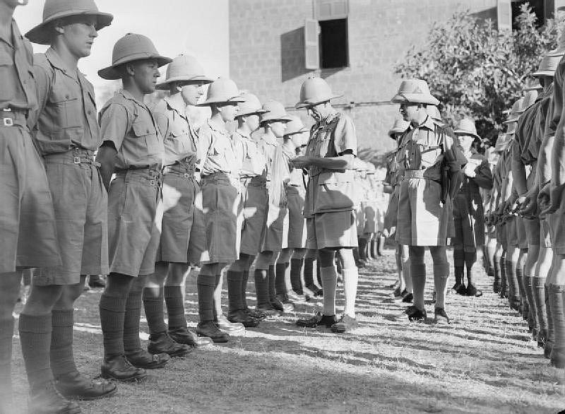 Generál William Platt při inspekci svých jednotek