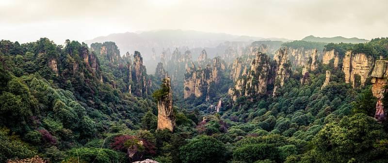 Centrální část parku se čtyřsetmetrovými pískovcovými věžemi a mnoha krasovými jeskyněmi zabírá plochu 264 kilometrů čtverečních