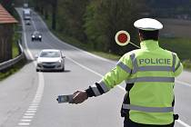 Policie, policisté, dopravní policie, silniční kontrola, hlídka, pátrání - ilustrační foto