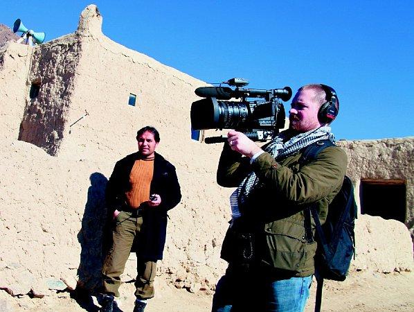 VNEBEZPEČÍ. Režisér Huffman (vpopředí) natáčel sarcheologem Temorim (vzadu), jenž riskuje život každý den.