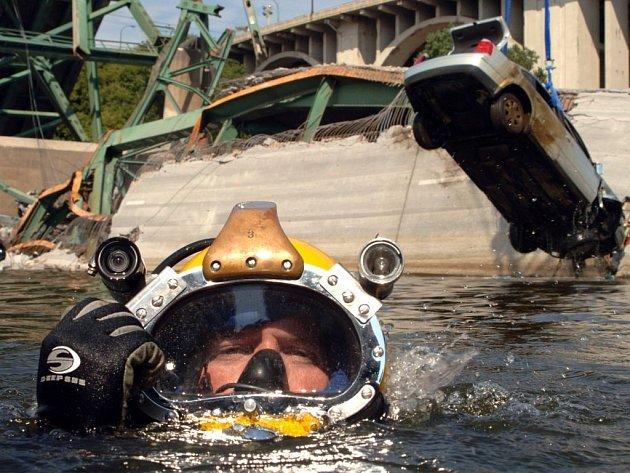 Potápěči amerického námořnictva vylovili ve čtvrtek další tělo, zatím ale nebylo identifikováno.