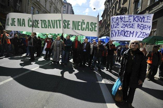 Před polednem 21.dubna začala vPraze protivládní demonstrace, tisíce účastníků směřovaly na Václavské náměstí od náměstí I. P. Pavlova a od domu odborů.