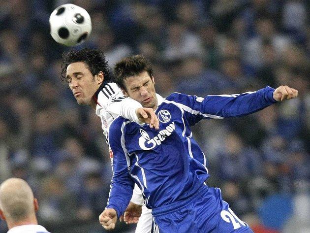 V hlavičkovém souboji Luca Toni z Bayernu Mnichov a Mladen Kristajic ze Schalke.