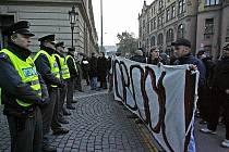 Několik desítek neonacistů a příznivců Dělnické strany protestovalo 21. října před budovou Úřadu vlády České republiky v Praze proti zatčení několika krajních pravičáků.