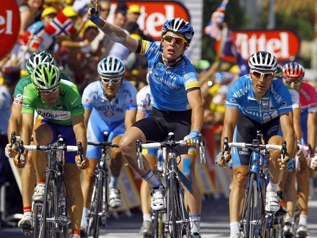 Britský cyklista Mark Cavendish vítězně projíždí cílem dvanácté etapy Tour de France.