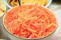 TAJEMSTVÍ. Do vítězného mrkvového salátu se přidává koriandr, paprika a česnek.