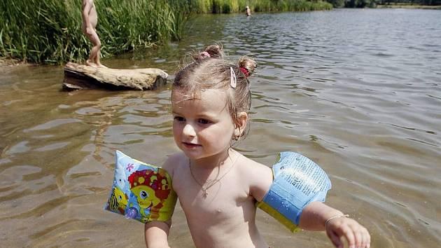 Koupající se děti - ilustrační foto