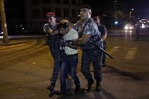 va muži ze skupiny ozbrojených povstalců, která se minulý týden zmocnila policejní stanice v Jerevanu, se dnes vzdali úřadům.