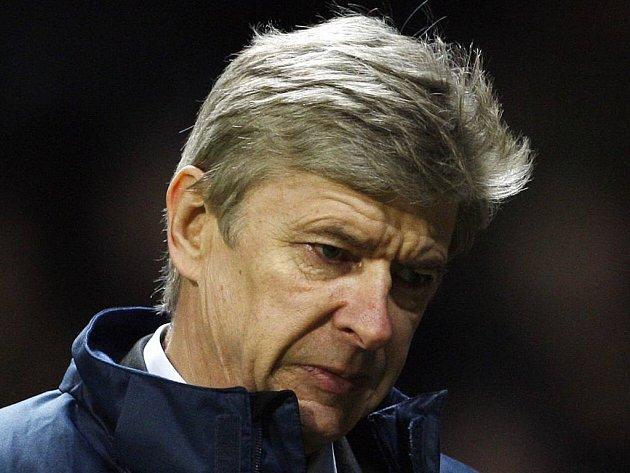 Smutný Arsene Wenger opouští po těžké porážce Arsenalu stadion na Old Trafford.