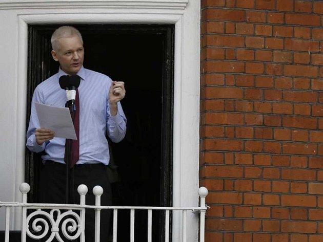 """Julian Assange dnes z balkónu ekvádorského velvyslanectví v Londýně vyzval Spojené státy, aby ukončily """"hon na čarodějnice"""", který prý vedou proti jeho serveru WikiLeaks."""