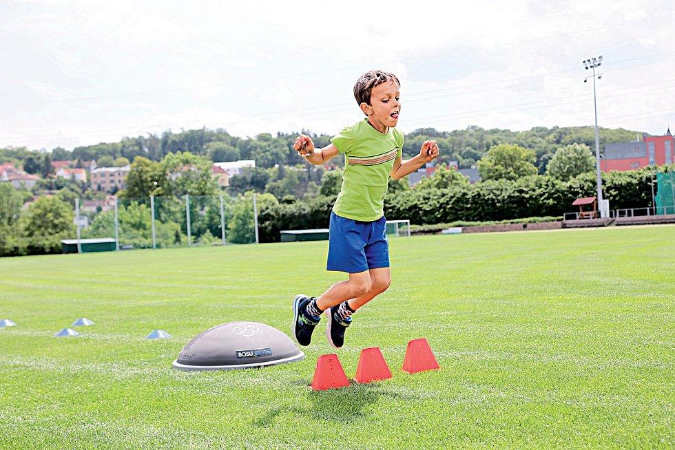 Vyskoč, přeskoč - Pozor na pevný střed těla, rovnou  páteř aplynulé dýchání.