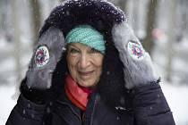 Jméno Kanaďanky Margaret Atwoodové nejspíš mnozí zaregistrovali až po zhlédnutí brilantního seriálu Příběh služebnice. Tahle zdánlivě nenápadná žena, jež nosí s noblesou fialovou čepičku i elegantní klobouk, má však za sebou pozoruhodný život.