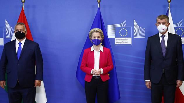 Zleva maďarský premiér Viktor Orbán, předsedkyně Evropské komise Ursula von der Leyenová a český premiér  Andrej Babiš.
