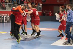 Český tým se raduje z vítězství. V popředí brankářské duo