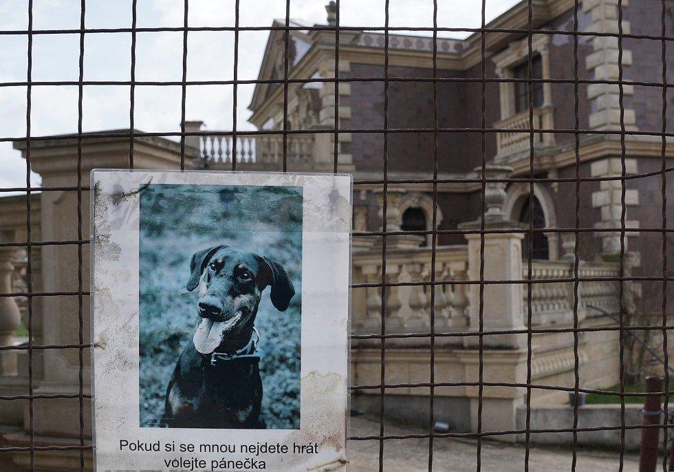 Rozdrojovice na Brněnsku. Bizarní nedostavěná rezidence se sochami antických bohů na trávníku, zdobenou kašnou a římsami. Majitel ji po finančních potížích marně prodával již dřív za více než sto milionů.