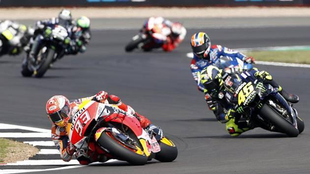 Španělský jezdec Marc Marquez z týmu Repsol Honda vjíždí do zatáčky následovaný Italem Valentinem Rossi z týmu Monster Energy Yamaha MotoGP v závodě MotoGP ve Velké ceně Británie.