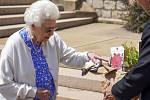 Britská královna Alžběta II. dostala exemplář nově vyšlechtěné růže pojmenované po jejím zesnulém manželovi, princi Philipovi