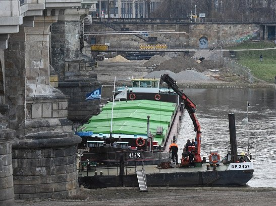 Česká loď Albis uvízla u mostu v Drážďanech.