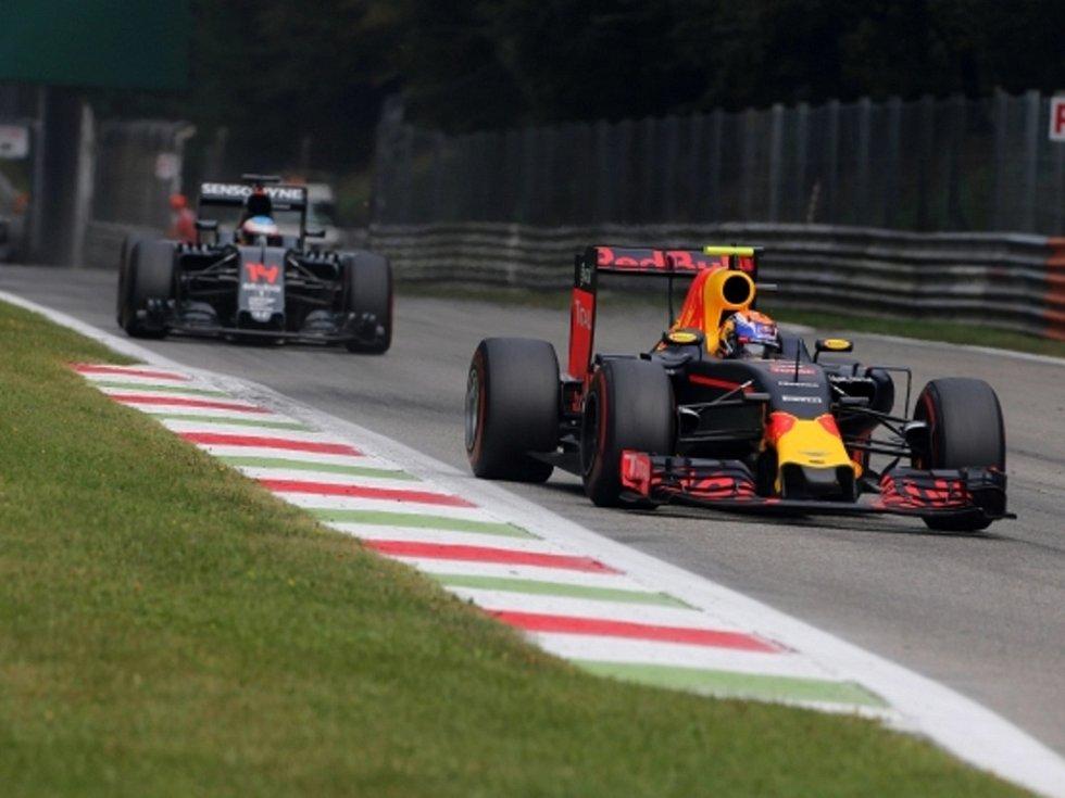 Max Verstappen (vpravo) před Fernando Alonsem.